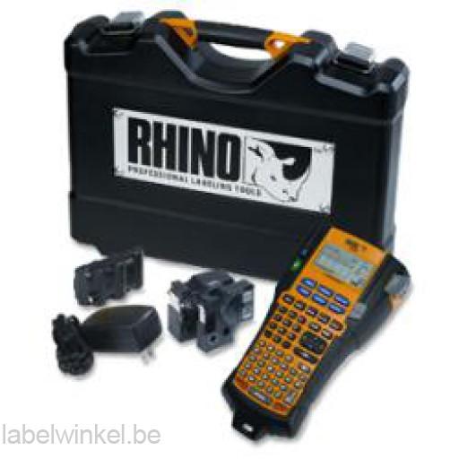 De Dymo RHINO 5200 kofferset is gevuld met printer, accu, adapter en 2 tapes